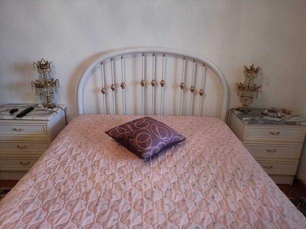 Mobília branca completa de quarto de casal - Tampos em mármore