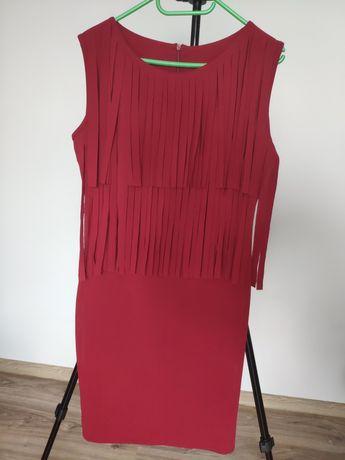 Bordowa sukienka z ozdobnymi frędzlami