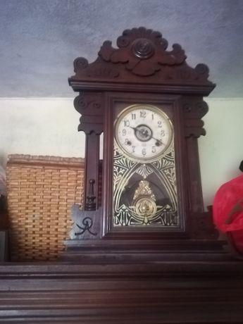 Relógio antigo com pendalo