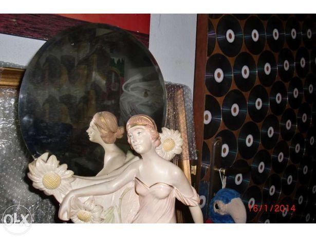 Boneca em marfinite com espelho e base de madeira