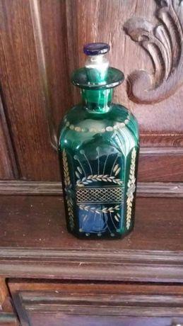 Bonita garrafa em 1/2 cristal, na cor verde, com um trabalhado bonito.