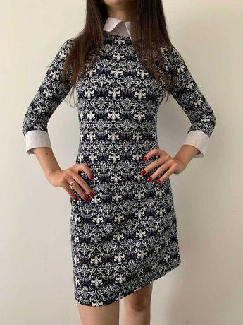 Жіночна принтована сукня з трендовим комірцем.