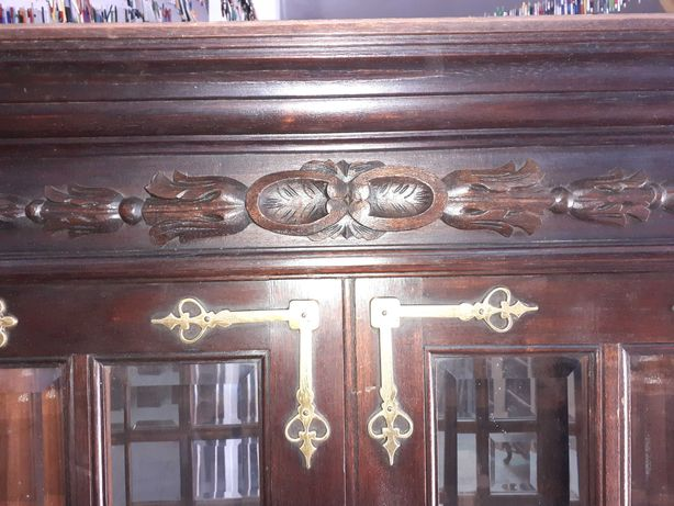 Magnífica cristaleira, estilo Manuelino , em madeira de pau santo