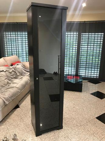 Móvel em coluna com prateleiras e porta em vidro/madeira