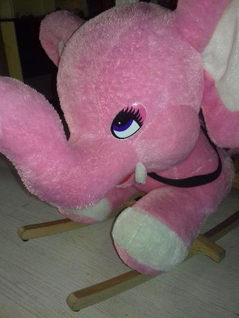 duży różowy słoń na biegunach bujak