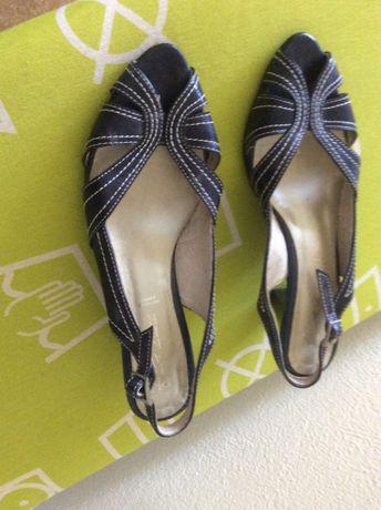 Sapatos pretos de senhora 4,5