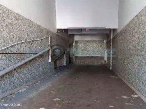 Garagem com 30 lugares de estacionamento   Campolide, Lisboa