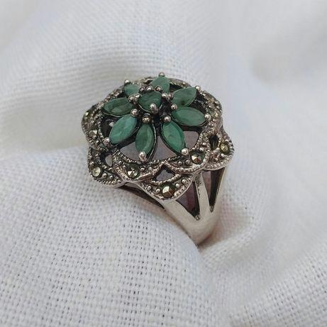 Срібний перстень з натуральним камінням.