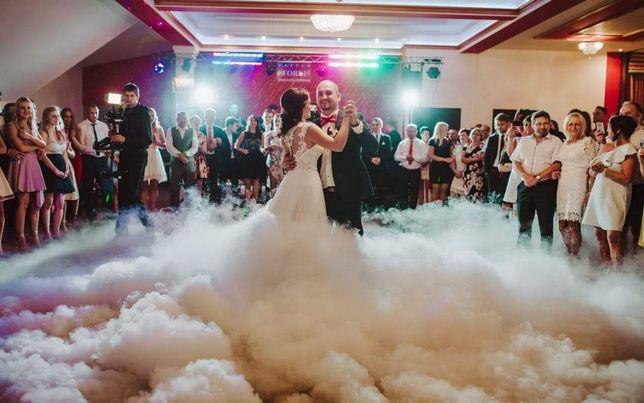 Ślubne dodatki wypożyczalnia. Ciężki dym, napis Love, serce, bańki