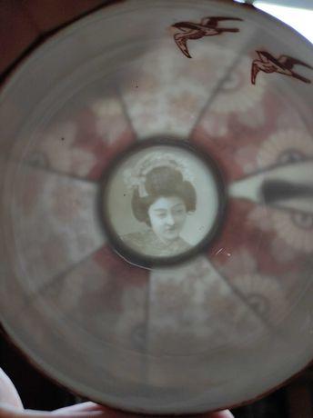 Cienka japońska porcelana do herbaty. Ukryta Twarz kobiety w filiżance