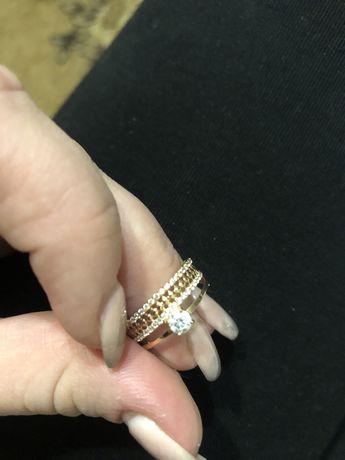 Кольцо золотое с камнями