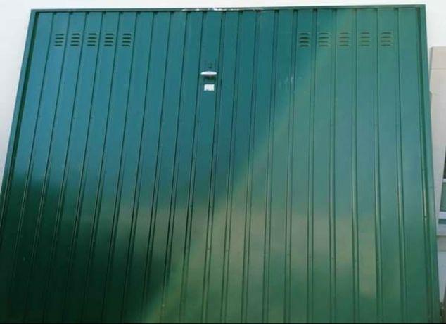 Portão de garagem recentemente pintado