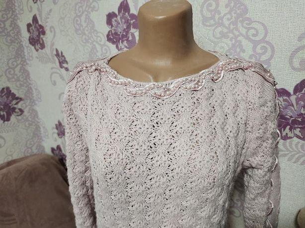 Классный свитер цвет пудра декорированный жемчужными бусинами, р-р м.