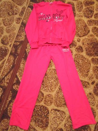 Розовый спортивный костюм на девочку