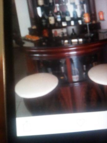 Bar com bancos estufados em pele
