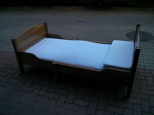 Zestaw mebli IKEA : łóżeczko, przewijak, półka, stolik nocny