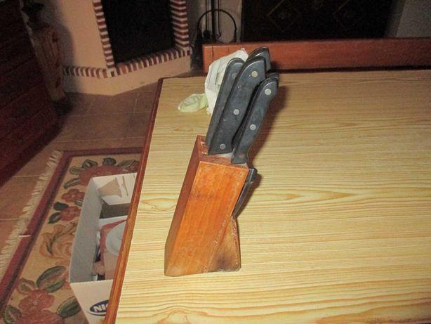 Jogo de facas de cozinha já com algum uso mas ainda em bom estado