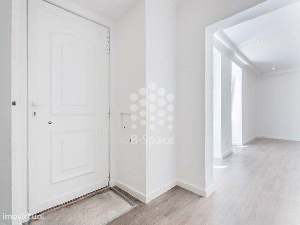 Moradia de 2 andares com 3 quartos, junto à Praça das Flores