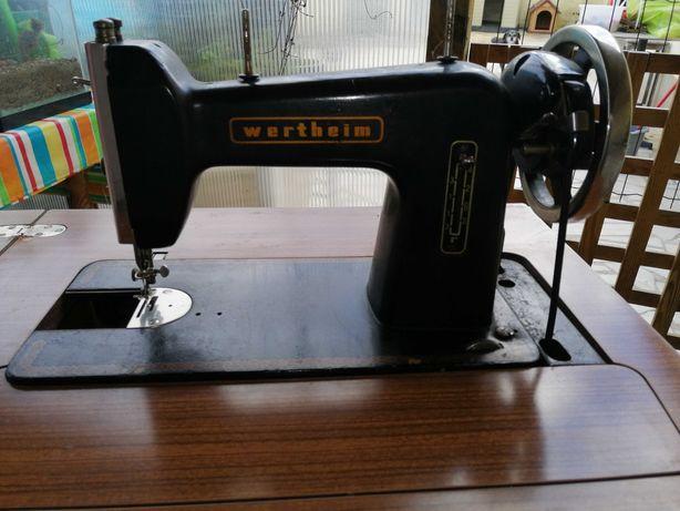 Máquina de costura com armário