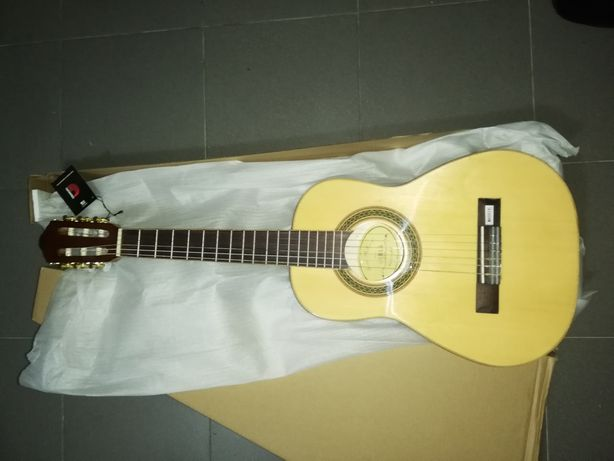 Guitarra clássica 1/2 castanha e kit para crianças