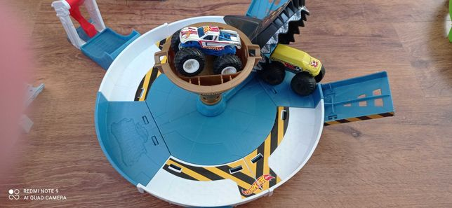 Arena rekina hot wheels mostertruck dwa autka