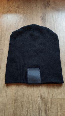 Ciepła czapka z naszywką
