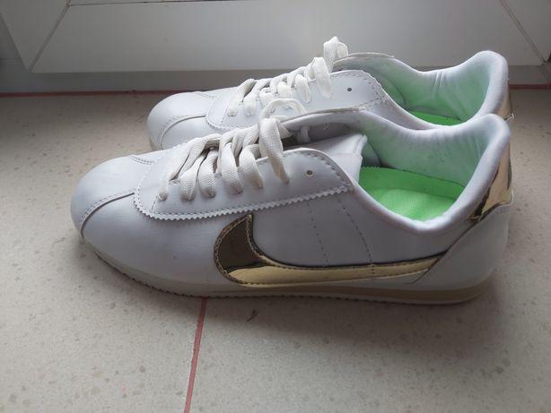 Śliczne biale buty