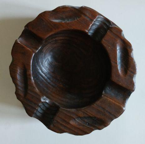 Popielniczka drewniana o średnicy 14 cm.