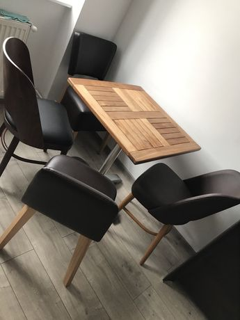 Stół z czterema krzesłami