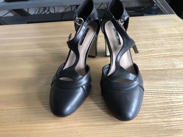 Czarne buty na obcasie 39