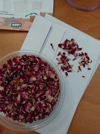 Suszone płatki róż