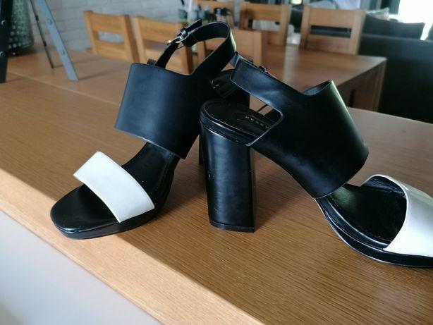 Sandałki na słupku firmy Reserved