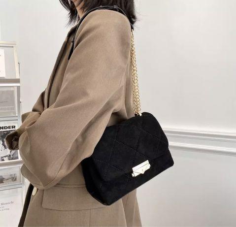 Czarna torebka damska z delikatnego misia.