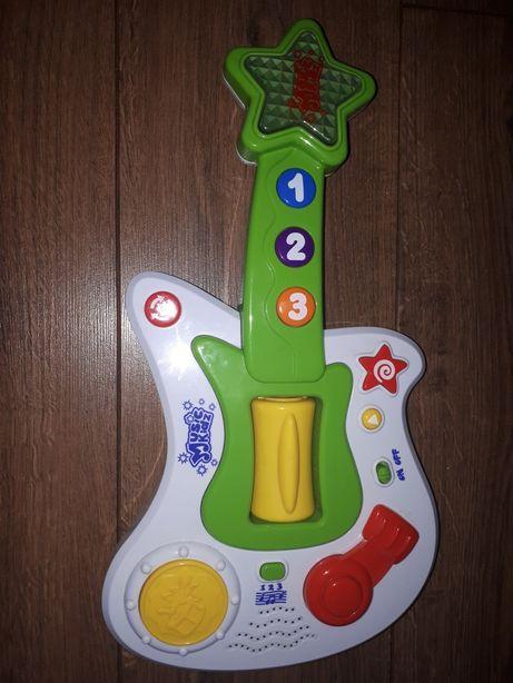 Gitara dla dziecka gra i świeci