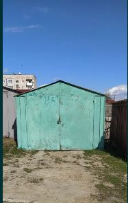 Приватизована земельна ділянка з гаражем