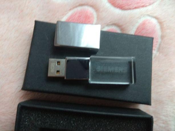 Pendrive 8 GB , szklane z białym podświetleniem