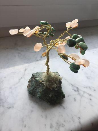 Figurka, drzewko z kamieniami. Ozdoba. Kamień