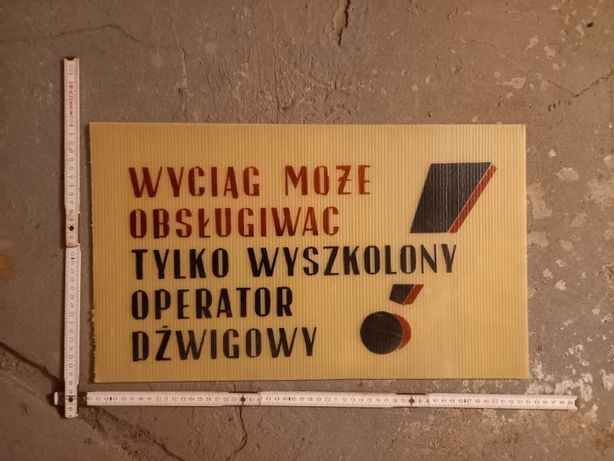 """Tablica PRL """"Wyciąg może obsługiwać tylko wyszkolony operator dźwigowy"""
