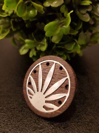 Srebrny pierścionek z drewnem