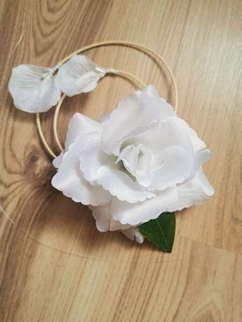 Białe kwiaty ślubne na auto