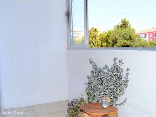 Apartamento T2 remodelado no Largo Conde de Ottolini-S. D...