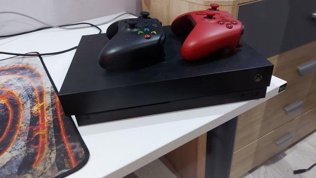 Xbox one x 1TB + dwa pady+ 4 gry w zestawie