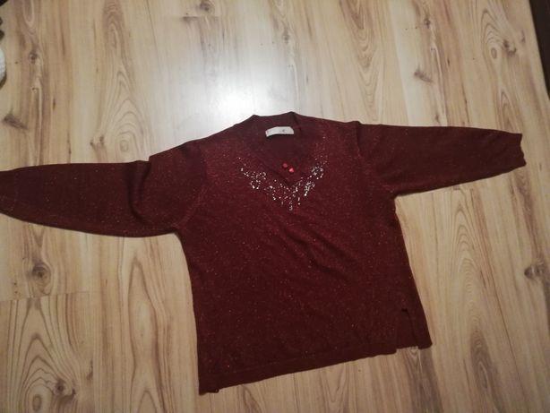 Czerwony sweterej ze zdobieniami