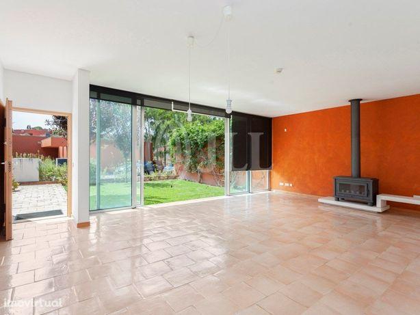 Moradia T2 com jardim e piscina no condomínio privado Bom...