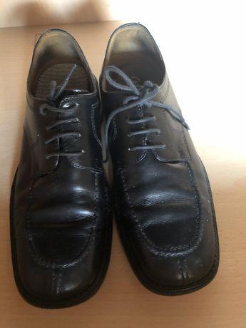 Sapato de homem em pele