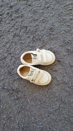Sapatilhas brancas. Tamanho 21. Mayoral