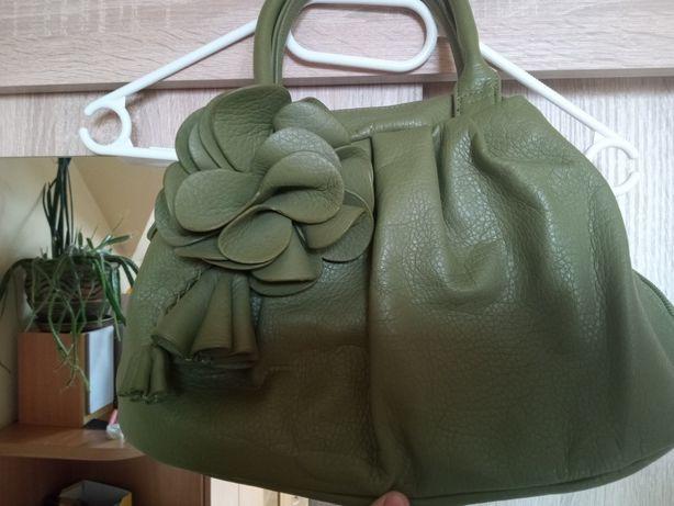 Zielona torebka ze skóry naturalnej z kwiatkiem
