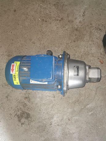 Silnik z pompą hydrauliczną