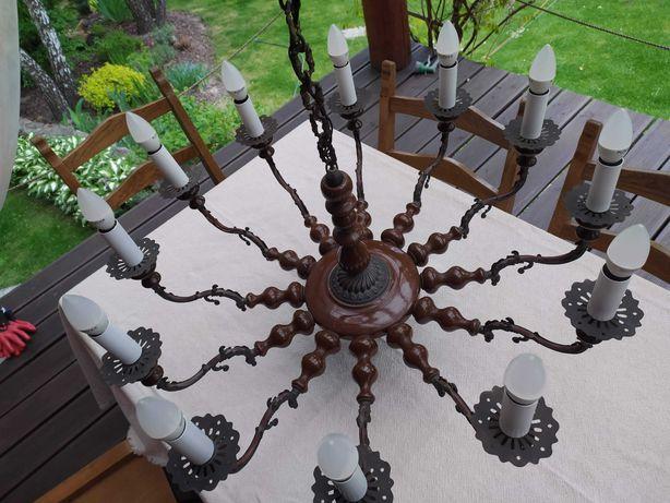 Piękny stylowy żyrandol - połączenie ceramiki z mosiądzem