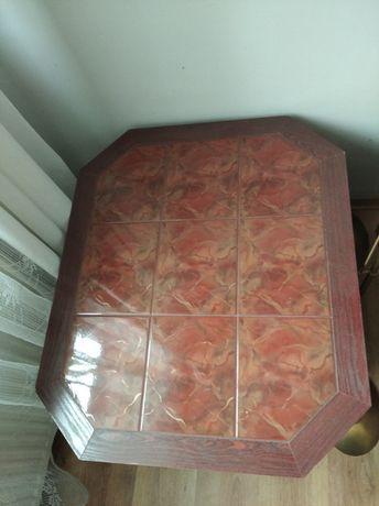 Stolik pokryty płytkami